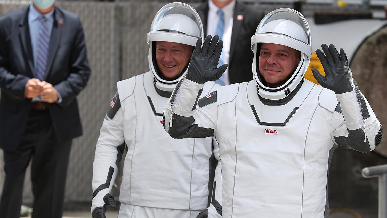 Douglas Hurley y Robert Behnken llegan al comité de despedida.