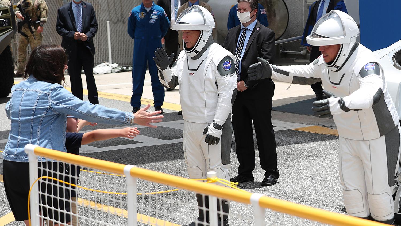 Los astronautas dan un abrazo a la distancia a sus familias.