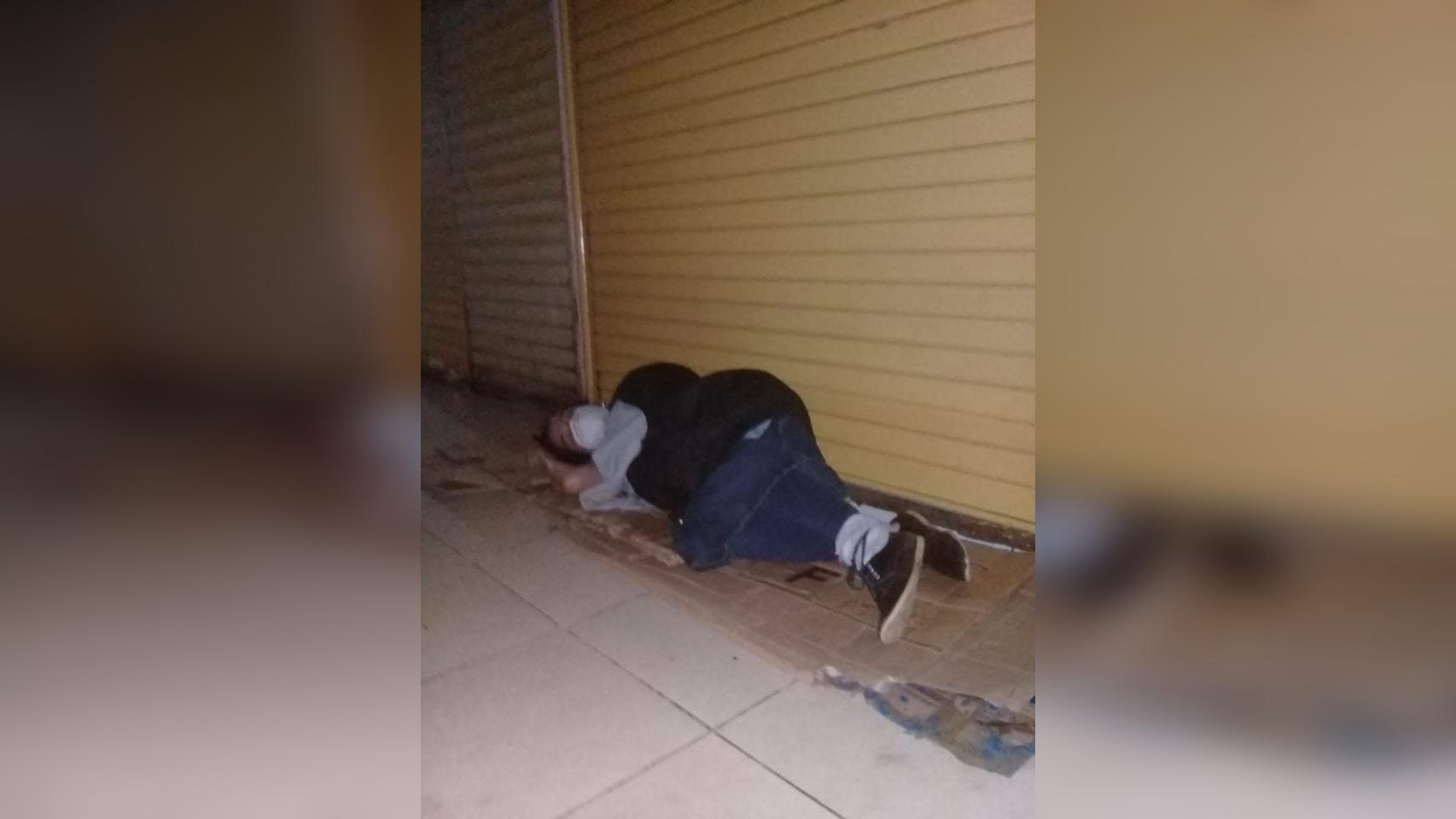 Comerciantes duermen al intemperie cuidando sus puestos