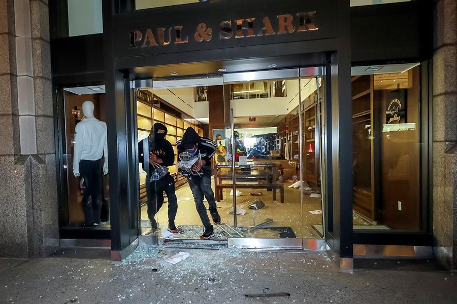 A las 9 de la noche hora local, la enorme tienda de Microsoft de la lujosa Quinta Avenida estaba siendo saqueada por jóvenes manifestantes.