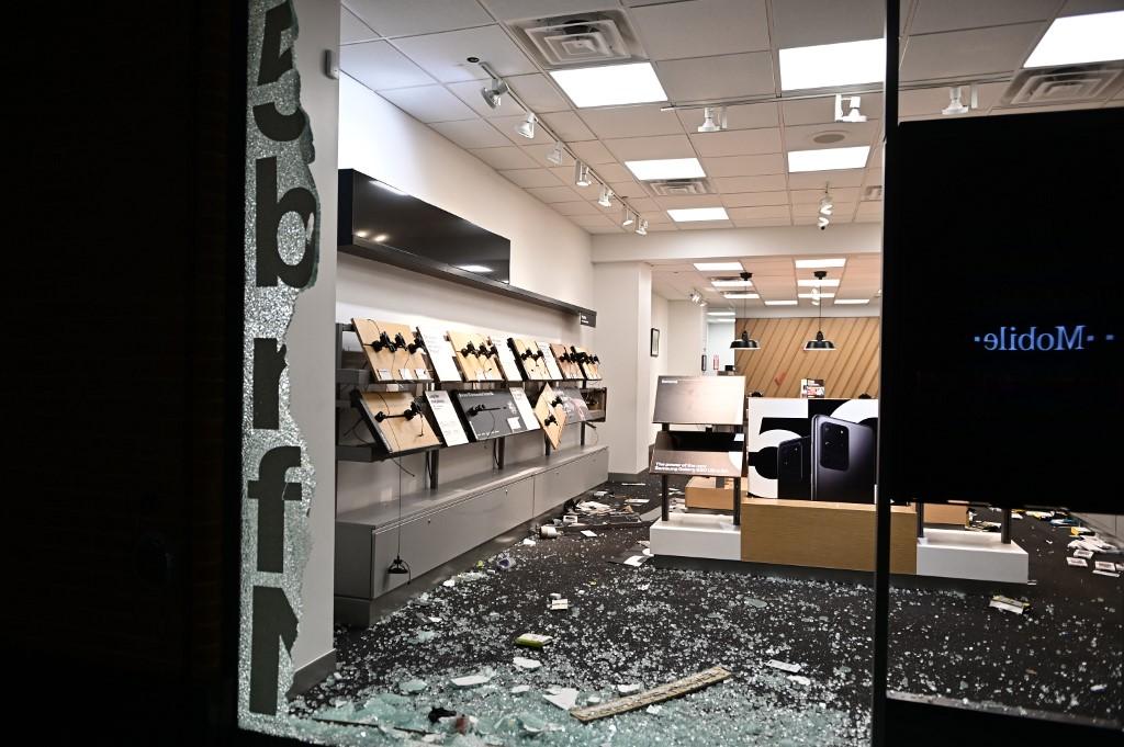 El vandalismo tuvo lugar pese a los grandes tablones de madera colocados en las puertas del establecimiento para tratar de evitar un ataque, que fueron arrancados de cuajo.