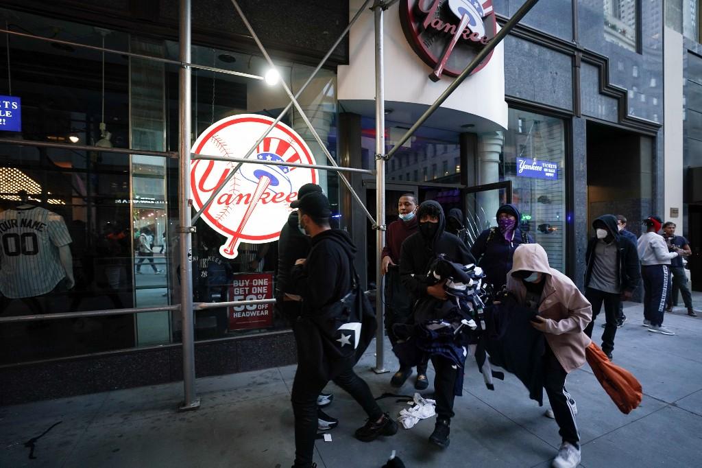 Los primeros asaltos de las tiendas se producían pese a la importante presencia policial en la zona, con varios vehículos policiales a apenas dos manzanas de Microsoft.