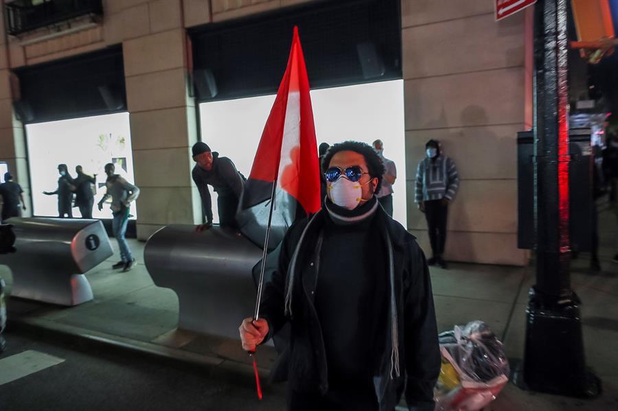 Las cuatro noches anteriores de protestas en Nueva Yorkse han saldado con más de 700 detenidos y decenas de policías heridos, aunque fue la noche del domingo al lunes la que registró mayores destrozos, concentrados en el barrio del Soho, en el sur de Manhattan.