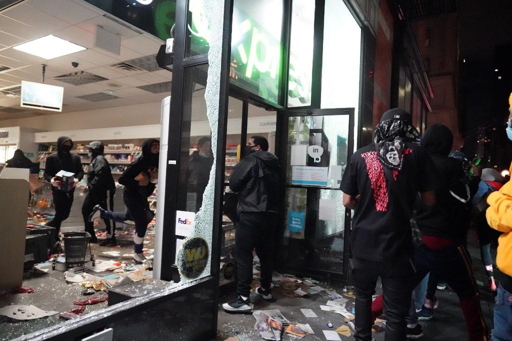 No se libraron tampoco las tiendas de Nintendo, Michael Kors, Kate Spade o Barnes and Noble de la Quinta Avenida, mientras que la policía se enfrentó con jóvenes que irrumpieron en un establecimiento ubicado en el Rockefeller Center.