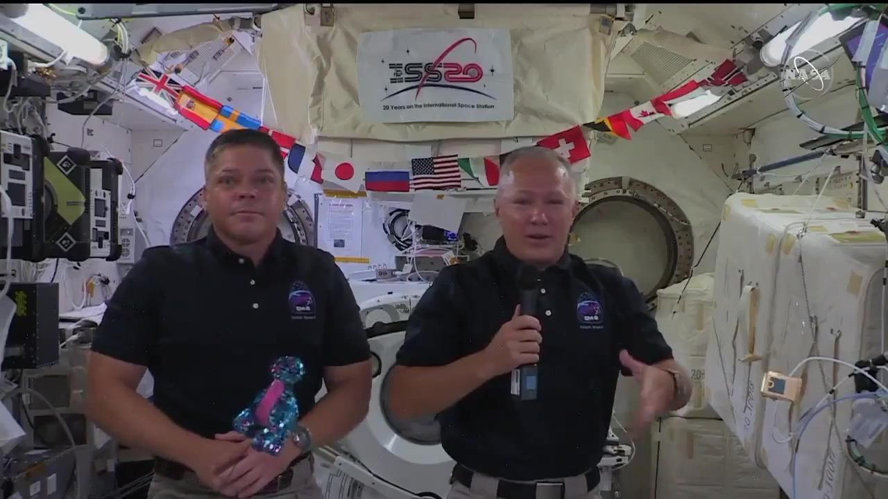 Los astronautas de la NASA esperan participar de una caminata espacial a fin de mes.