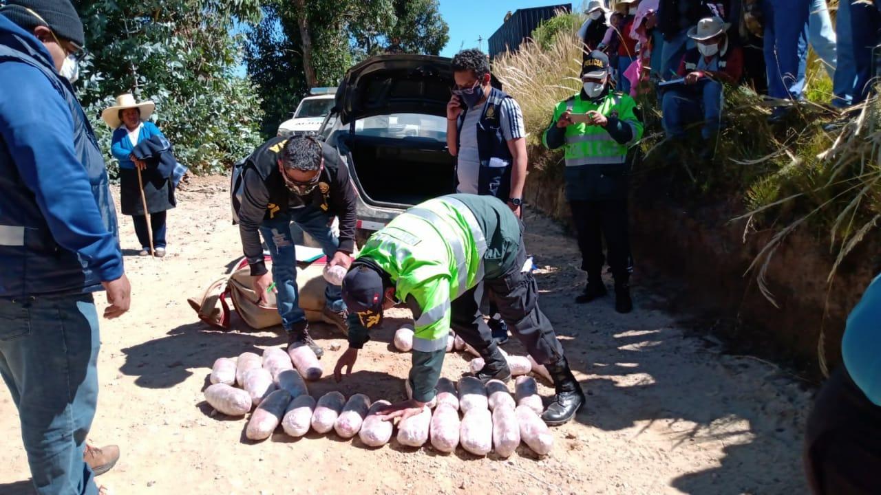 El policía llevaba 77 kilos de droga en el automóvil que conducía.