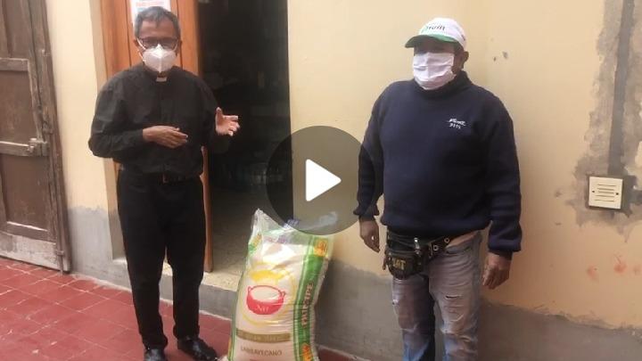 Campesino terminó su faena en el campo y de inmediato llegó a parroquia para entregar un saco de arroz