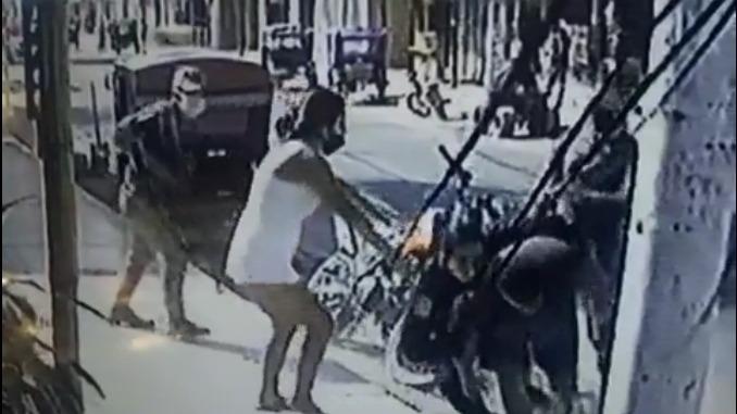 Tras intentar escapar de la Policía, el futbolista fue obligado a subir a la camioneta policial y luego fue trasladado a la comisaría de Máncora.