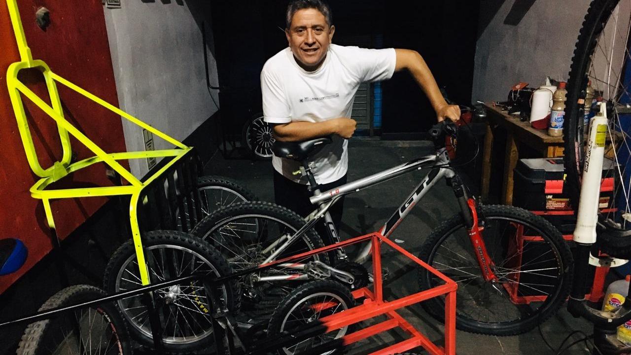 Alexis Blanco cambió totalmente de rubro y usa el escenario de su local como taller para fabricar los remolques de bicicleta.