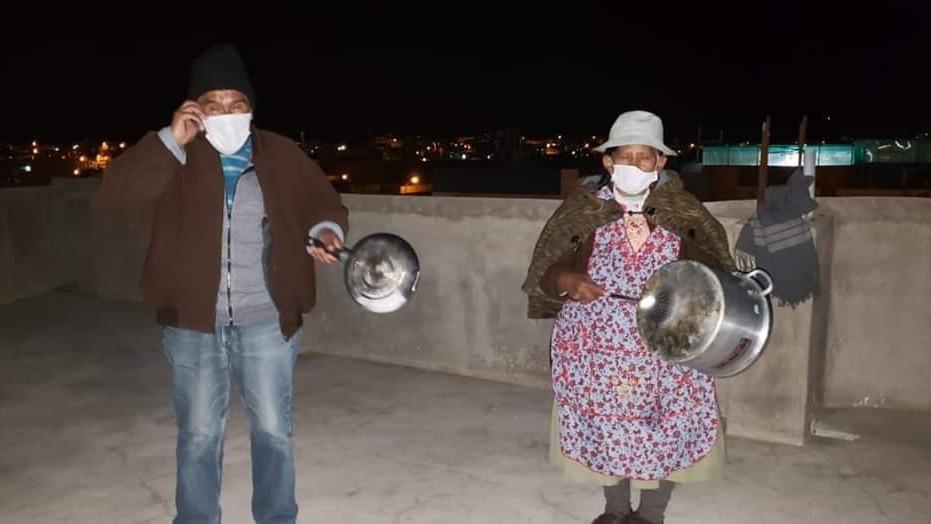 Golpeando ollas y sartenes, pobladores de San Antonio de Putina reclaman obras de envergadura.