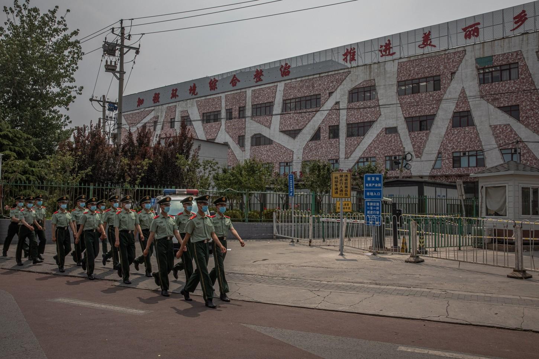 A las tres de la madrugada local, después de comprobar que 46 personas que habían visitado el mercado de Xinfadi -el principal centro de abastos de la capital- eran positivas en coronavirus pese a no mostrar síntomas, se decidió cerrar a cal y canto el recinto.