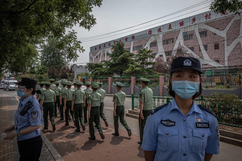 Centenares de agentes de las fuerzas de seguridad en camiones de transporte militar se presentaron en el inmenso mercado para sellarlo e impedir el paso de cualquier persona.