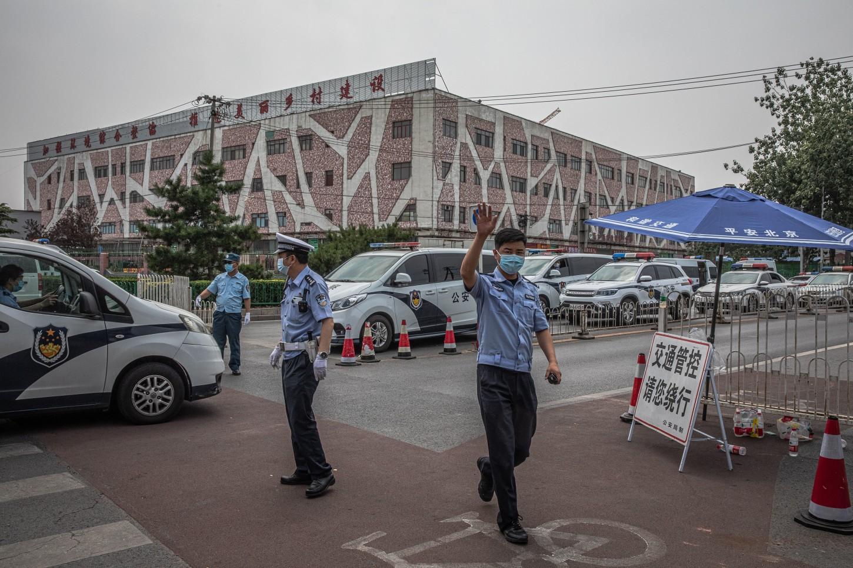 Tras detectar cuatro casos en personas que estuvieron en el mercado, las autoridades decidieron realizar pruebas a los más de 10 000 empleados y vendedores, además de hacer un seguimiento estricto de todos los que lo han visitado desde el pasado 30 de mayo.