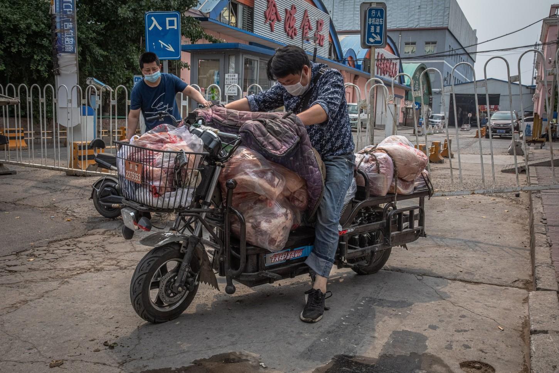 Las primeras inspecciones realizadas detectaron el virus en una tabla de cortar pescado utilizada por un vendedor de salmón importado, explicó el responsable del mercado, Zhang Yuxi.