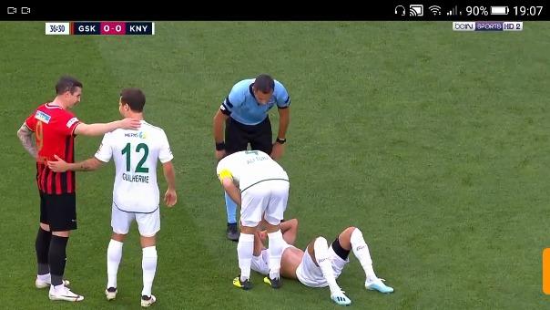 Paolo Hurtado lesionado en el césped.