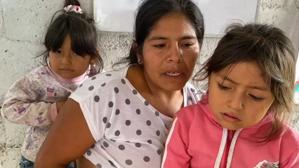 La madre pide ayuda con alimentos para poder mantener a sus niñas, debido a su enfermedad no puede trabajar.