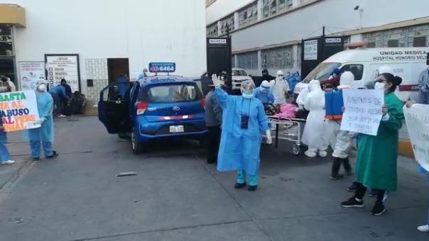 En medio de la protesta, el cadáver fue retirado de los exteriores del hospital.