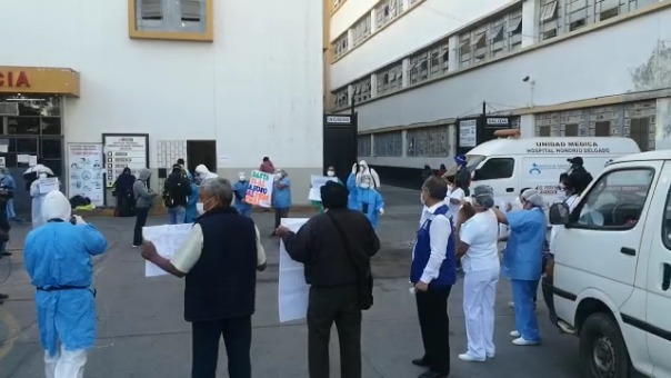 La protesta del personal de salud se realizó en los exteriores de la puerta de Emergencia del Hospital Regional Honorio Delgado.