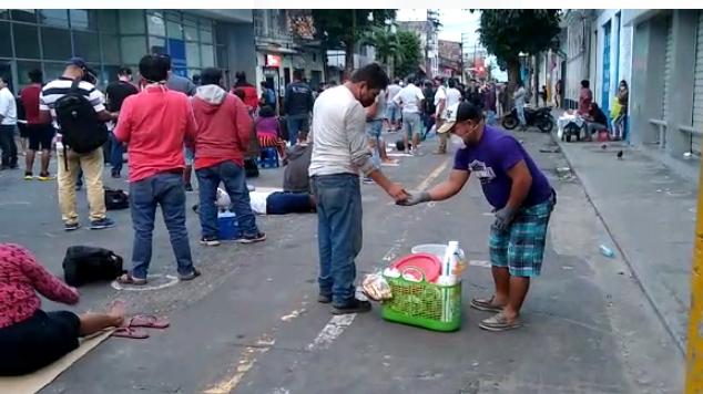 Muchos de los ciudadanos compran sus alimentos a los ambulantes