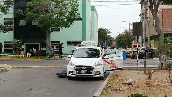 Tras la muerte de los taxistas, la Policía cercó la calle para evitar el paso de vehículos y transeúntes.