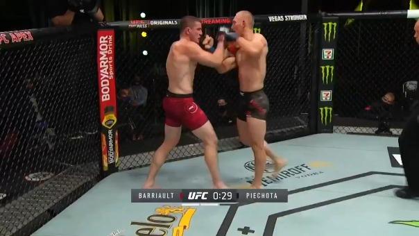 Mar-Andre Barriault venció por nocaut técnico a Oskar Piechota (peso medio): La pelea se terminó en el segundo asalto.