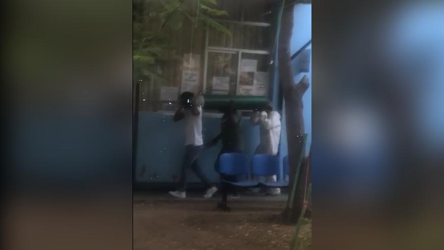 Se observa cómo algunas personas trasladaron los balones de oxígeno desde la puerta del hospital hasta el área donde están sus familiares.