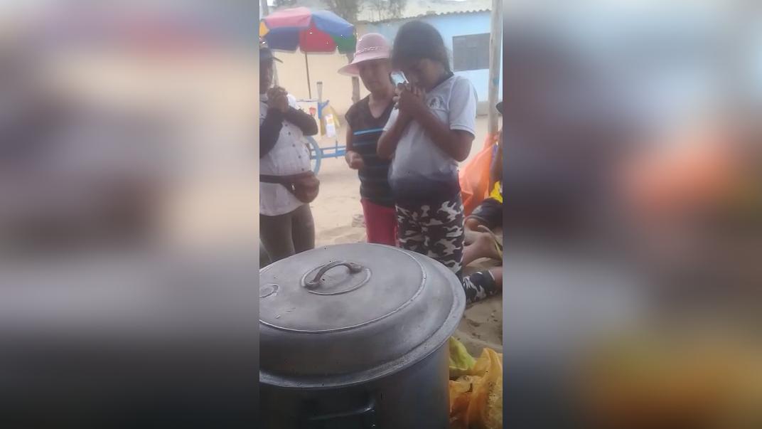 Madres de familias y niños rezan y agradecen por aliviar su hambre.