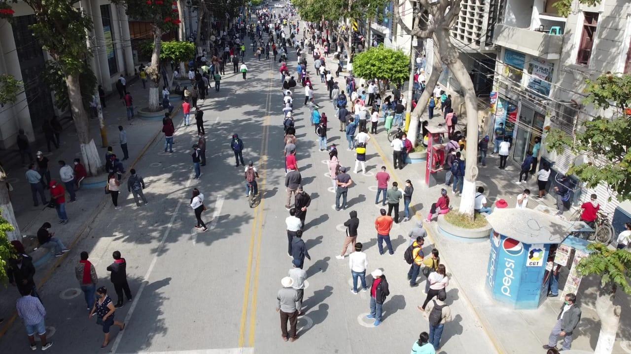 Ciudadanos pasan muchas horas esperando ingresar a una entidad financiera