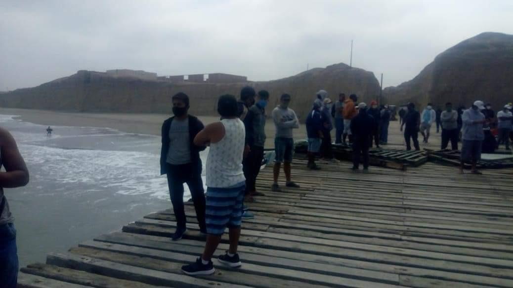 Pescadores derribaron puerta de acceso al muelle.