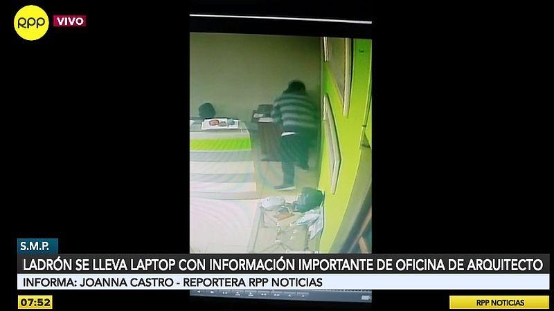 El ladrón sustrajo la laptop y la escondió entre sus prendas.