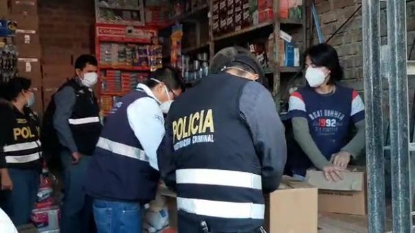 La intervención se desarrolló entre la Policía Nacional y funcionarios de Sanipez, quienes realizaron la supervisión del registro sanitario de estos productos.