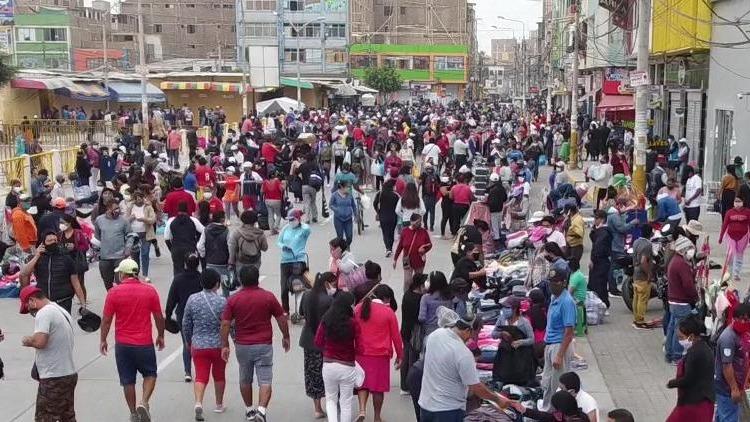 Comercio informal en los alrededores del mercado Modelo de Chiclayo