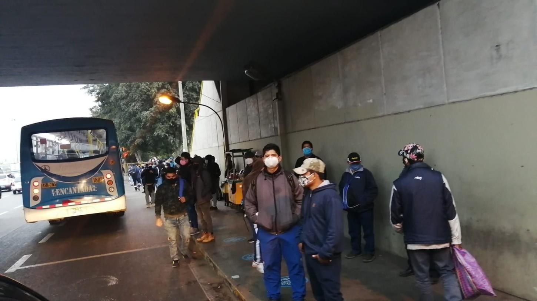El paradero del Puente Atocongo, al sur de Lima, muestra gran presencia de pasajeros esperando su movilidad.
