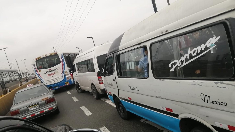 Uno de los puntos con mayor congestión vehicular es el Puente Alipio Ponce, en San Juan de Miraflores. En ese punto, se observan combis y cústeres llenas de pasajeros.