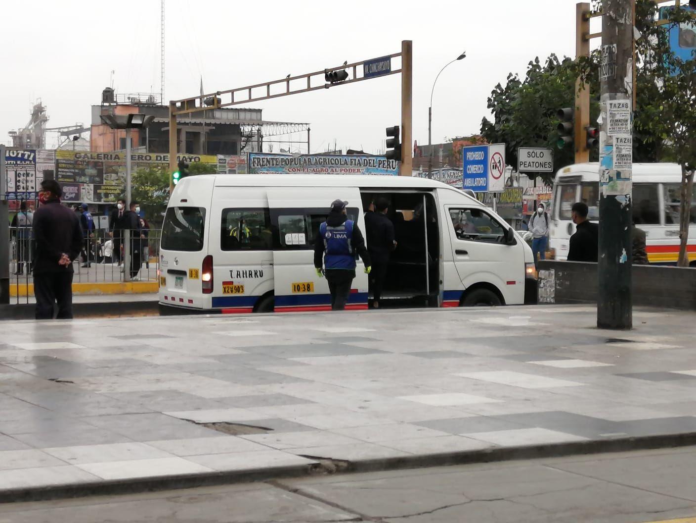 Las combis informales cargan pasajeros a las afueras de la Estación Naranjal, en Independencia. Pasajeros irresponsablemente suben pese a que en estos vehículos no se respeta el distanciamiento físico.
