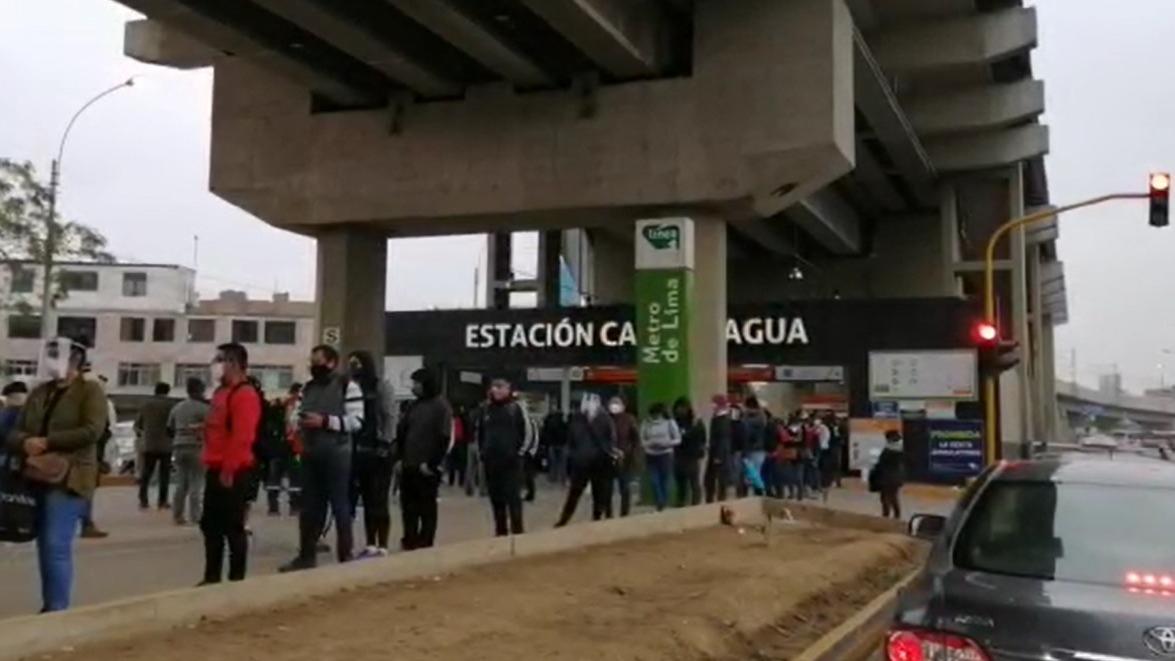 Largas colas se registraron este jueves en los exteriores de las estaciones del metro de Lima en San Juan de Lurigancho.