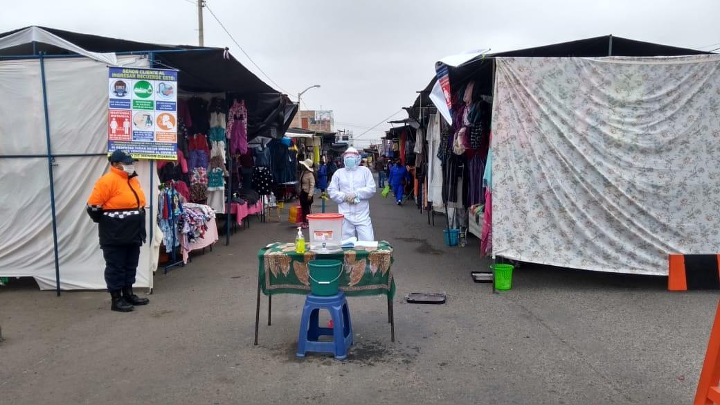 Ambulantes nuevamente tomaron las calles y venden ropa de segundo uso.
