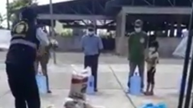 En el video se observa cómo el funcionario lanza los productos delante de las personas que esperaban recibir sus víveres. Las imágenes fueron difundidas en redes sociales.