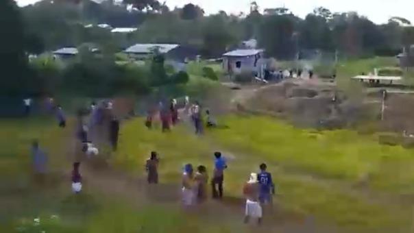 Los efectivos policiales lanzaron bombas lacrimógenas para tratar de dispersar a los manifestantes, pero no lograron su propósito.