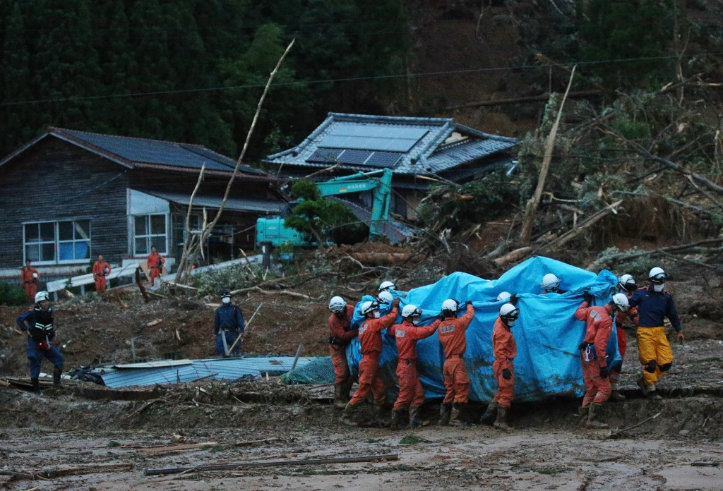 Más de 200 000 personas recibieron la orden de evacuar la región. Este domingo, las precipitaciones habían amainado en Kumamoto, pero muchos habitantes de la región seguían aislados por los daños provocados por las lluvias torrenciales.