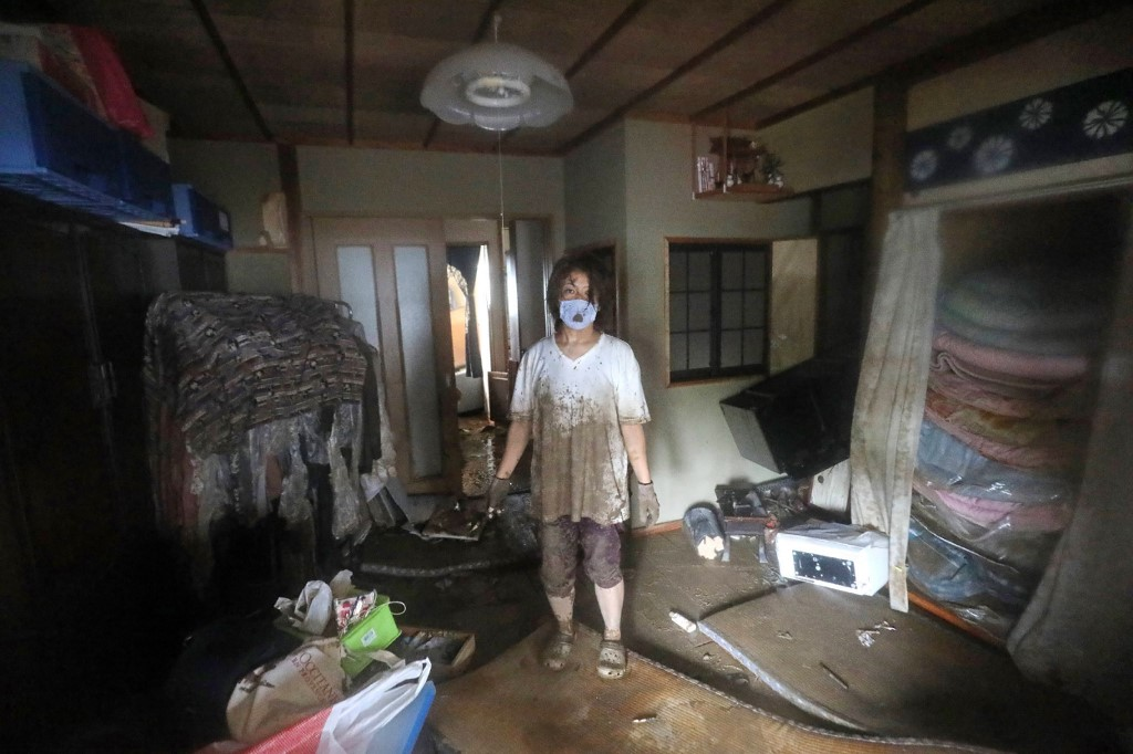 Las inundaciones en la región de Kumamoto destruyeron viviendas, arrastraron vehículos y provocaron el derrumbe de puentes, dejando a varias ciudades inundadas y a algunos habitantes aislados.
