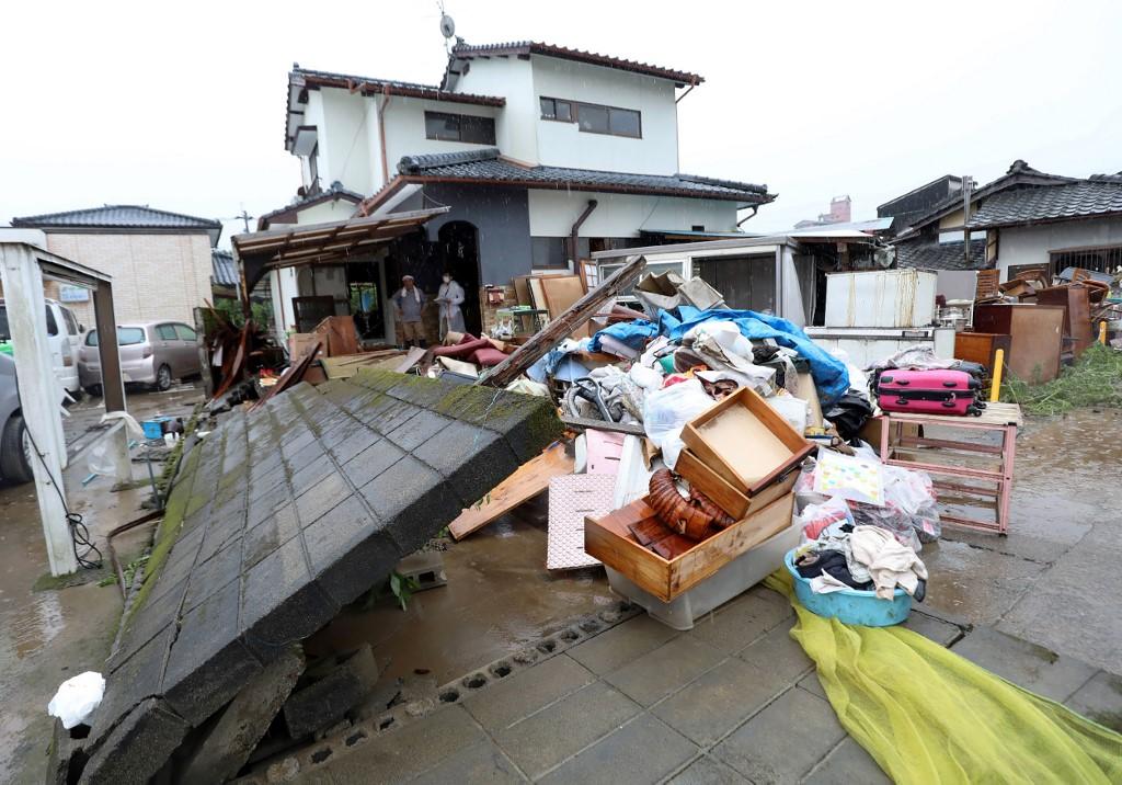 El gobierno regional de la región de Kumamoto, situada en la isla de Kyushu, en el suroeste del país, confirmó 18 fallecidos, mientras otras 16 estaban en
