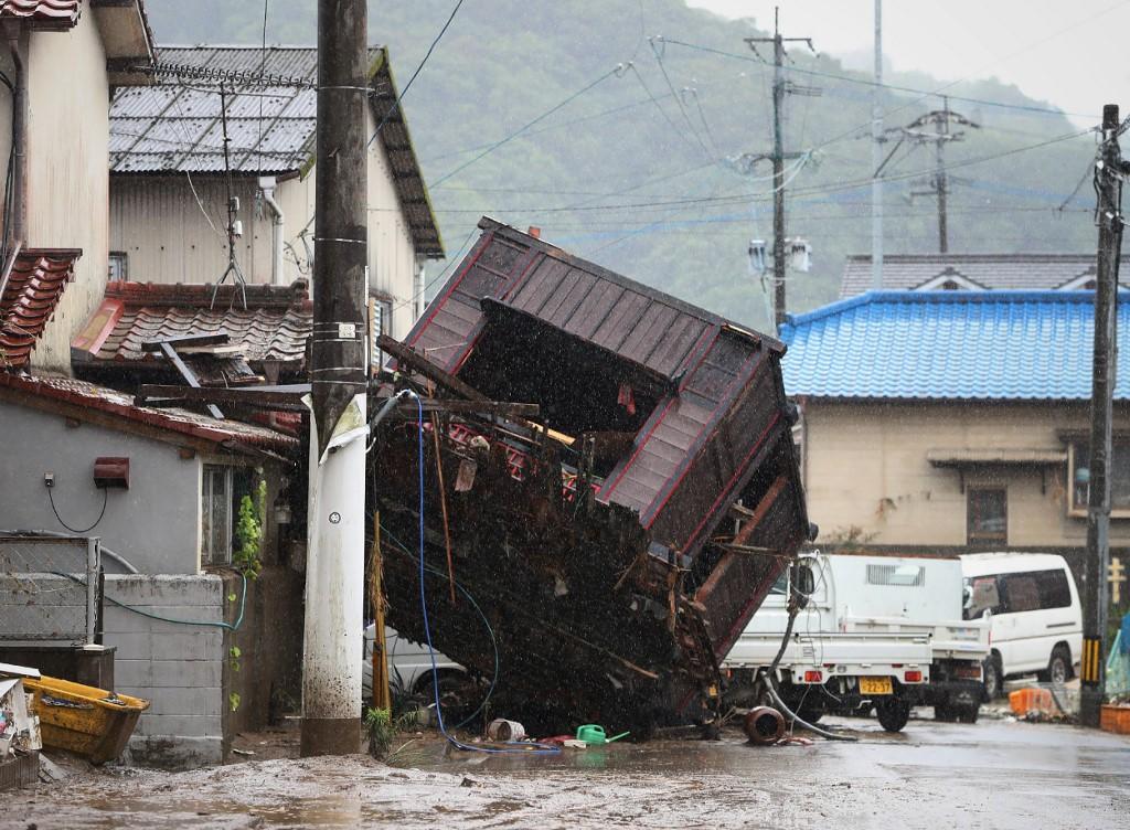 Entre las personas oficialmente fallecidas figuran 14 residentes de una residencia de ancianos inundada el sábado por el desbordamiento de un río vecino. Otro medio centenar de residentes fueron rescatados.