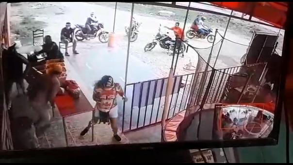 Una cámara de seguridad captó el momento del ataque contra el empresario, que se defendió con su arma de fuego y asesinó al presunto delincuente.