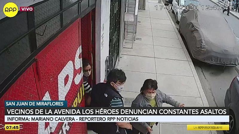Cámaras de seguridad captaron el robo a una vecina en la puerta de su casa.