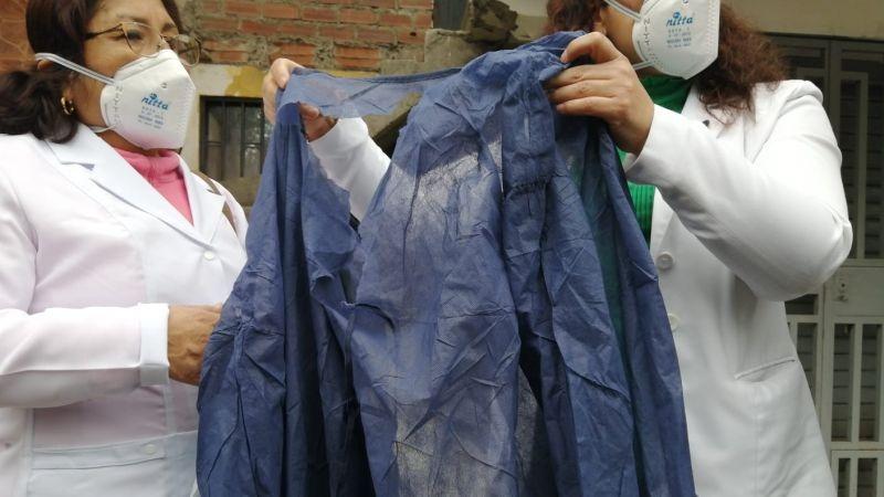 En la protesta mostraron un mandil viejo y roto, que -aseguraron- es usado por el personal sanitario que atiende a los pacientes de coronavirus.