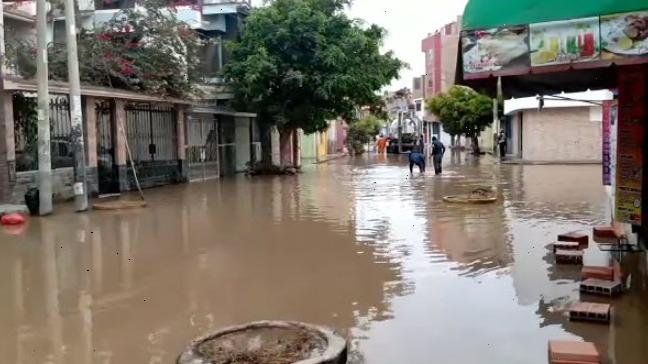 Agua de acequia inundó varias calles de la urbanización La Primavera.