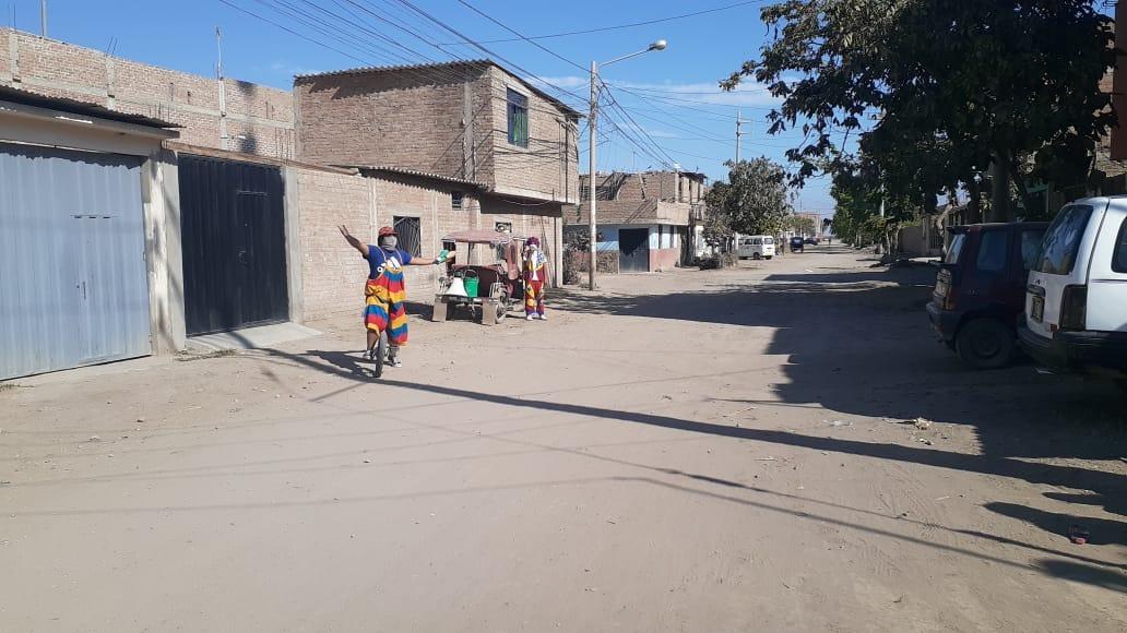Payasitos recorren calles de Pomalca para alegrar a los niños.