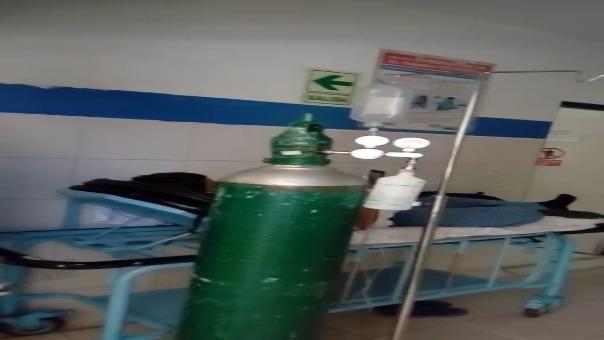 Pacientes son atendidos en los pasadizos del hospital.