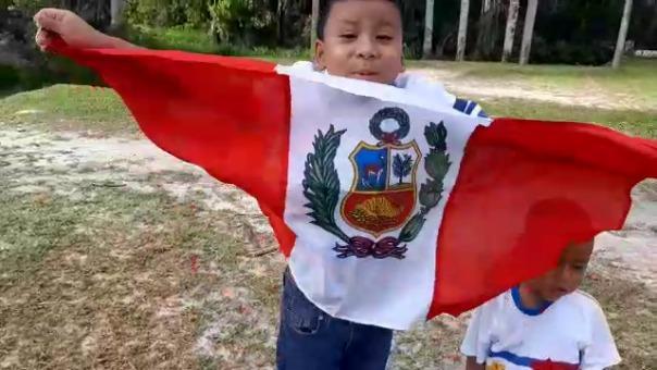 Los hijos de Nicanor Núñez se sienten felices de ser peruanos y lo expresan con su bandera.